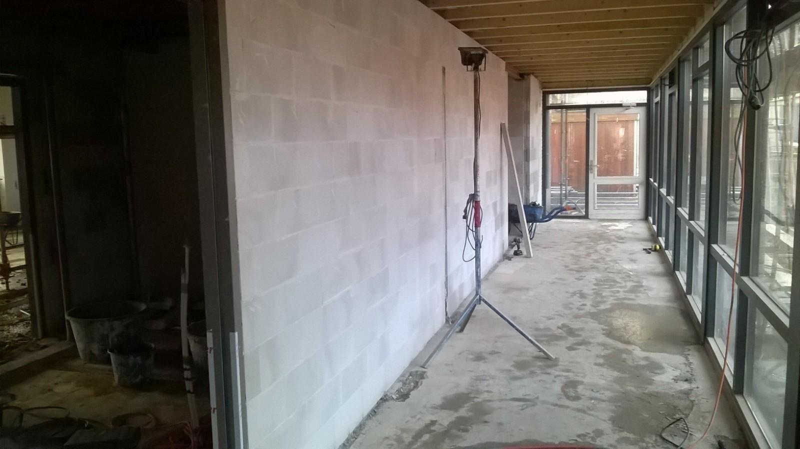 Het opbouwen is begonnen bouwbedrijf huurdeman - Kantoor onder het dak ...