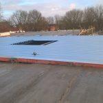 Stalen dakplaten en baksteen lateien